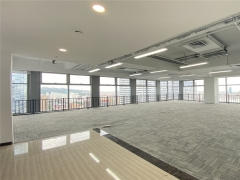 市北卓越世纪中心 高区东南向精装办公室出租 电梯口
